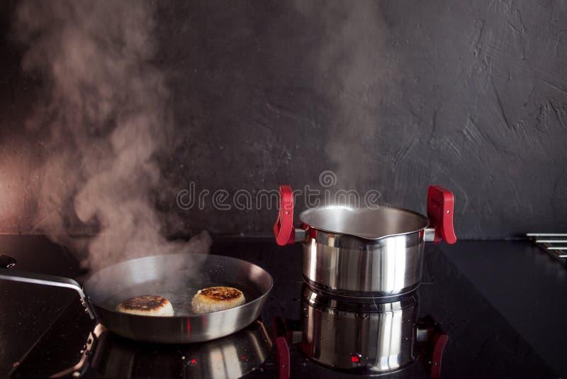 鸡剁碎了炸肉排,在家烹调晚餐,健康食品 免版税库存照片