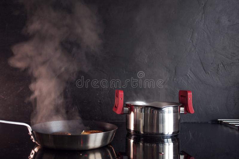 鸡剁碎了炸肉排,在家烹调晚餐,健康食品 免版税库存图片