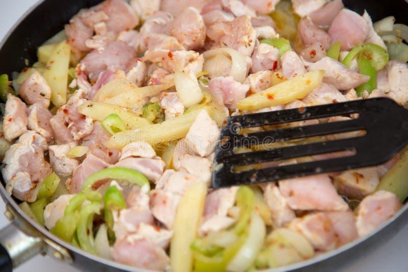 鸡在一个电火炉的一个煎锅油煎 E 图库摄影