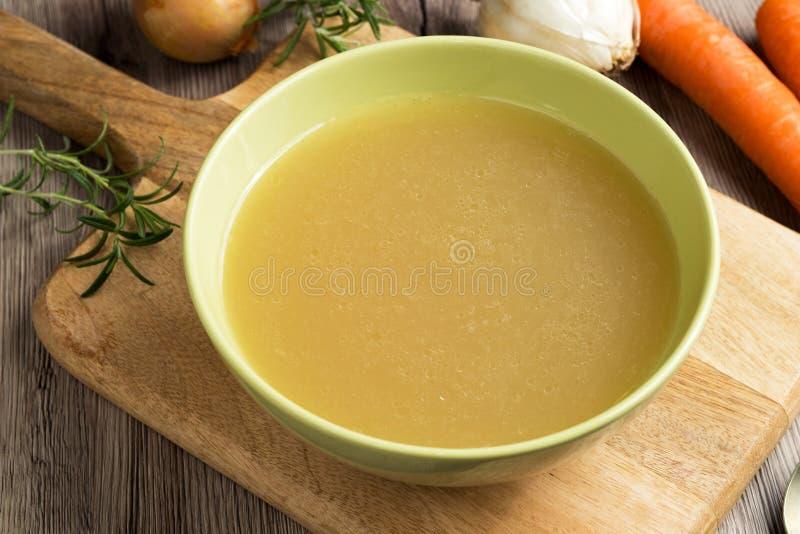 鸡在一个绿色汤碗的骨头汤 库存照片
