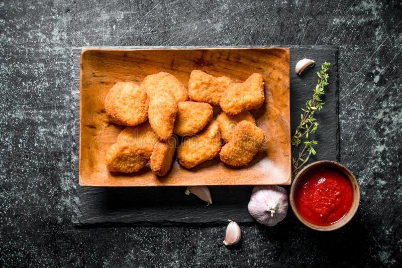 鸡块用西红柿酱、大蒜和麝香草 免版税图库摄影