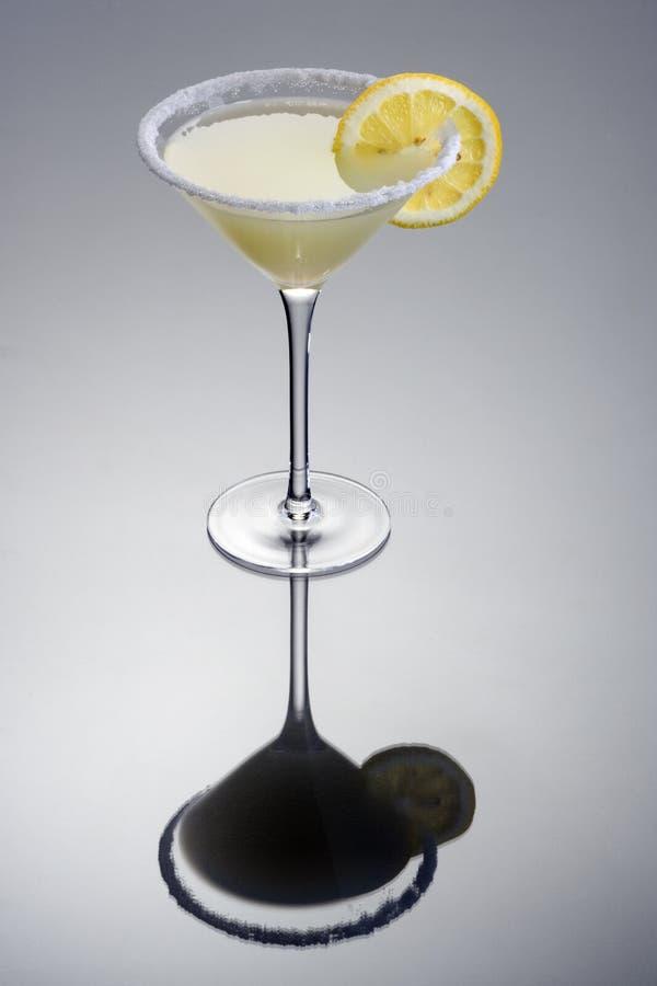 鸡尾酒下落柠檬 库存图片