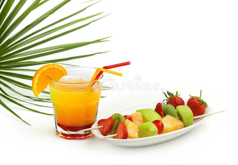 鸡尾酒和果子串 库存图片