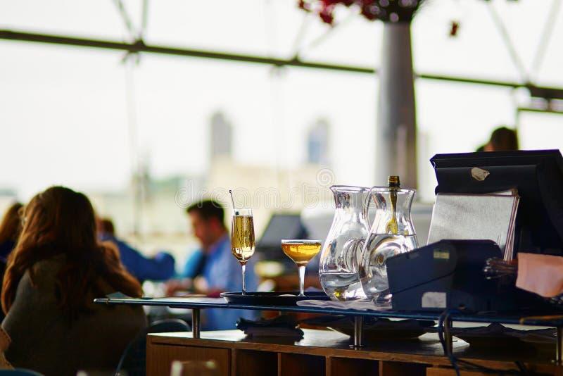 鸡尾酒和水壶在餐馆 免版税图库摄影