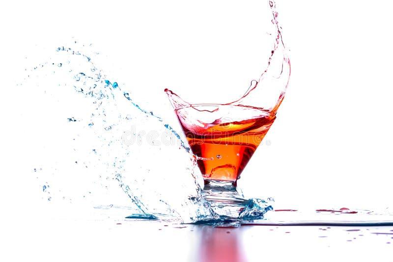 鸡尾酒在红色和蓝色飞溅 库存照片