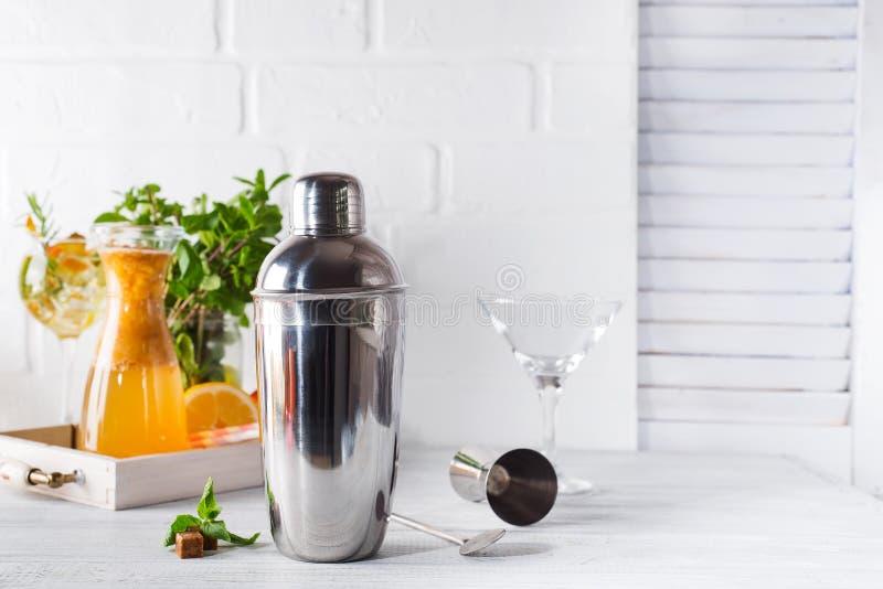 鸡尾酒搅拌器、swizzle、钳子和匙子有冰的在一个桶准备的夏天鸡尾酒 免版税库存照片