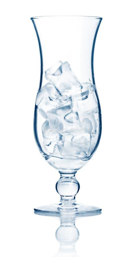 鸡尾酒求查出的充分的玻璃highball冰的立方 库存照片