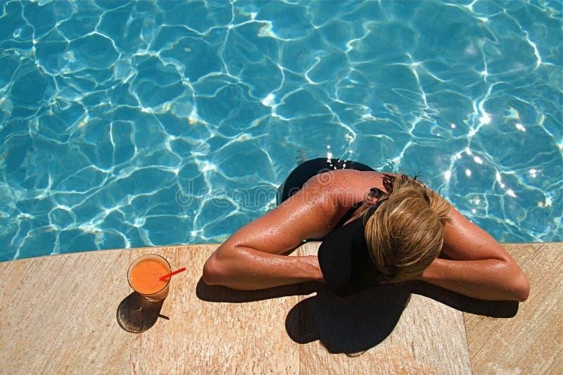 鸡尾酒池游泳 库存图片