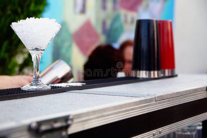 鸡尾酒的侍酒者冷却的玻璃 免版税图库摄影