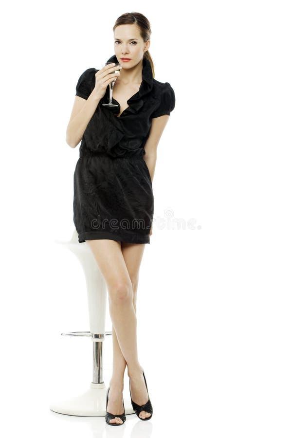 鸡尾酒穿戴的喝妇女 免版税库存照片