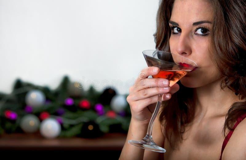 鸡尾酒饮用的女孩 免版税库存图片