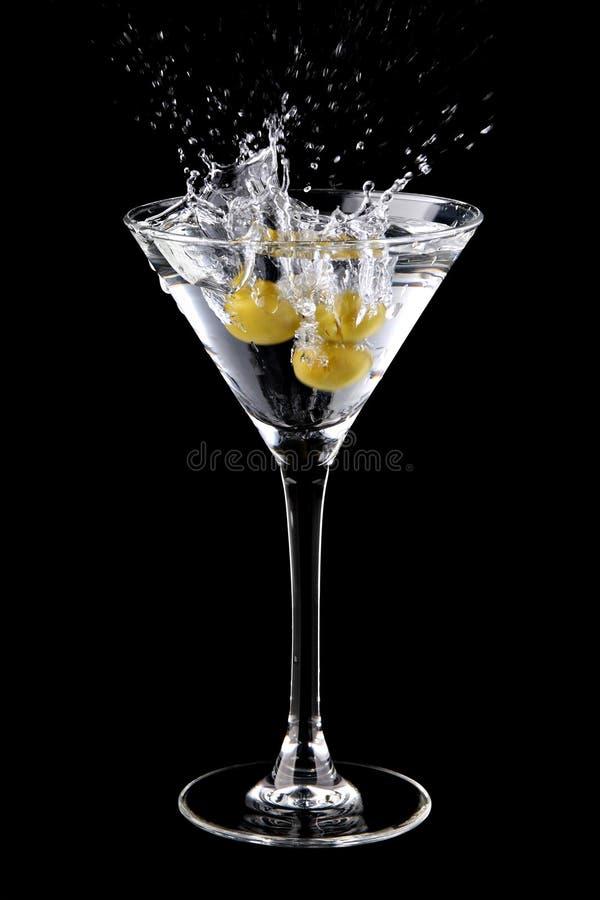 鸡尾酒马蒂尼鸡尾酒橄榄飞溅 库存图片