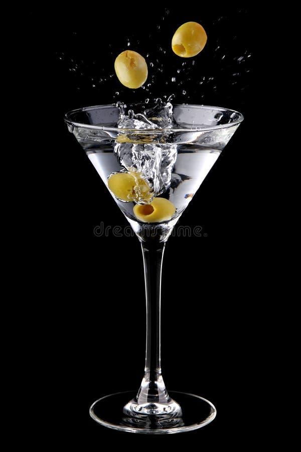 鸡尾酒马蒂尼鸡尾酒橄榄飞溅 免版税库存照片