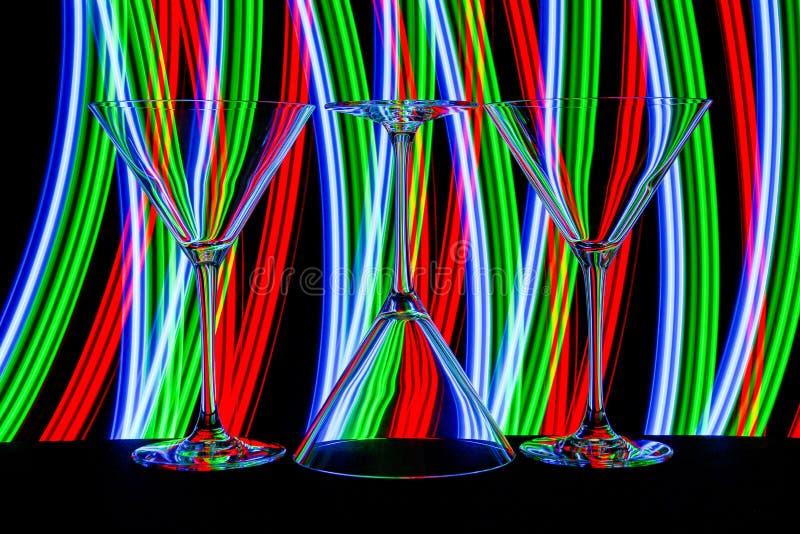 鸡尾酒/马蒂尼鸡尾酒玻璃与后边霓虹灯 免版税图库摄影