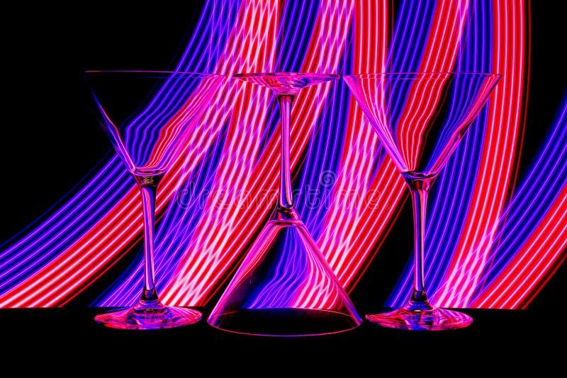 鸡尾酒/马蒂尼鸡尾酒玻璃与后边霓虹灯 免版税库存照片