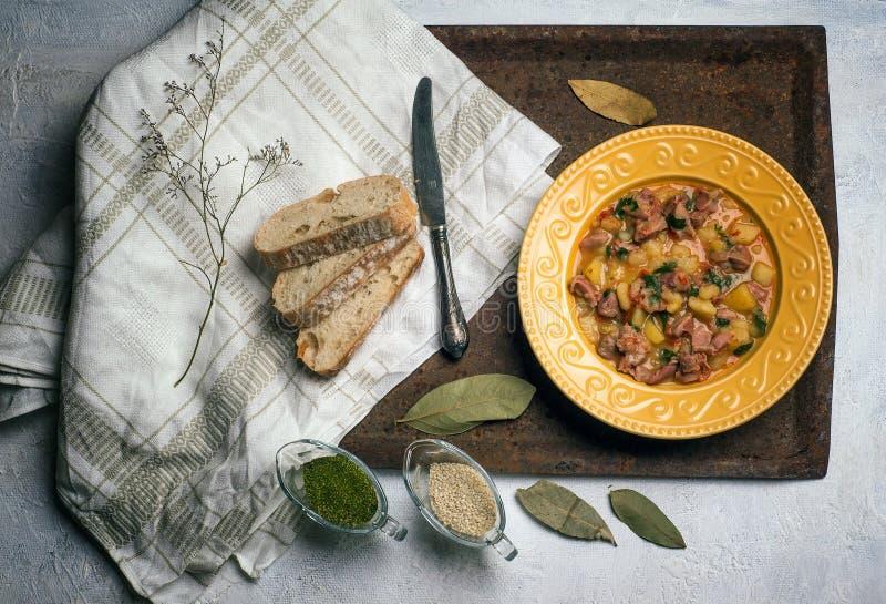 鸡心脏、肝脏和胃在招待所烤了土豆 肉 热开胃菜 免版税库存图片