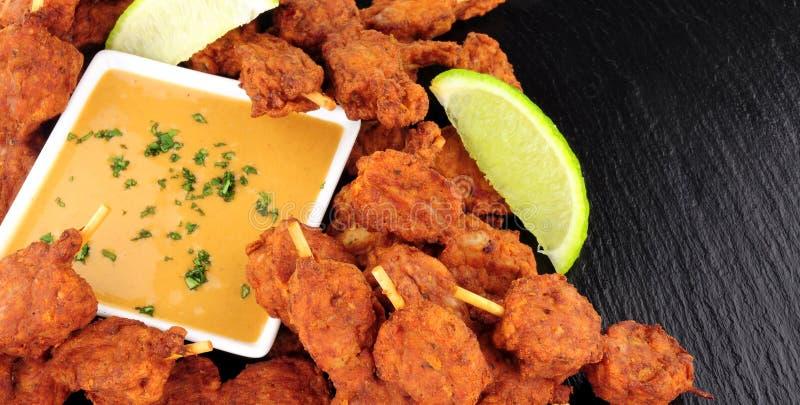 鸡有花生调味汁垂度的Satay串 库存图片