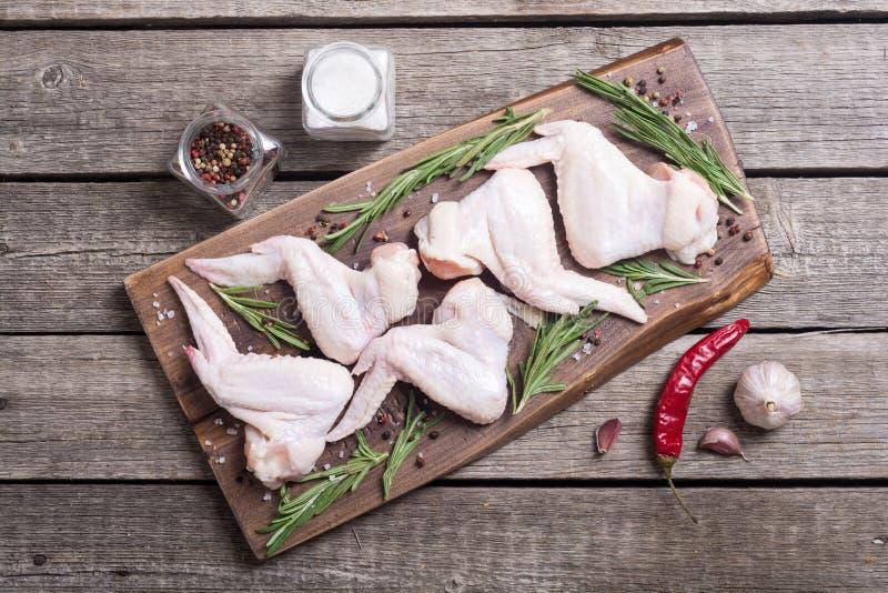 鸡未加工的翼用迷迭香、大蒜、胡椒和盐 免版税图库摄影