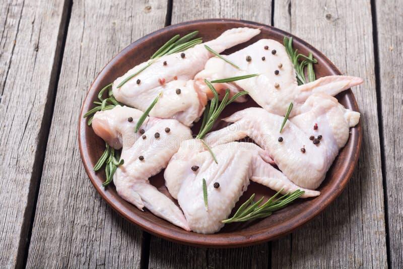 鸡未加工的翼用迷迭香、大蒜、胡椒和盐 库存照片
