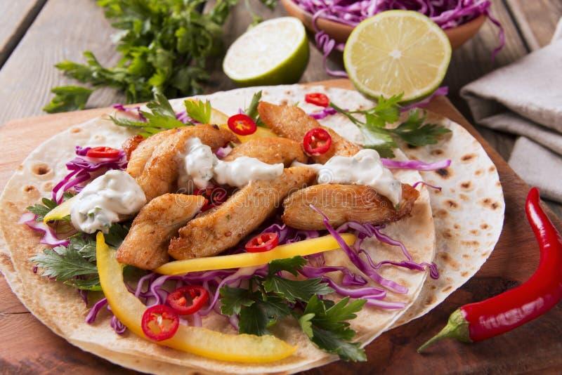 鸡法加它菜和调味汁在墨西哥玉米粉薄烙饼炸玉米饼 免版税库存照片