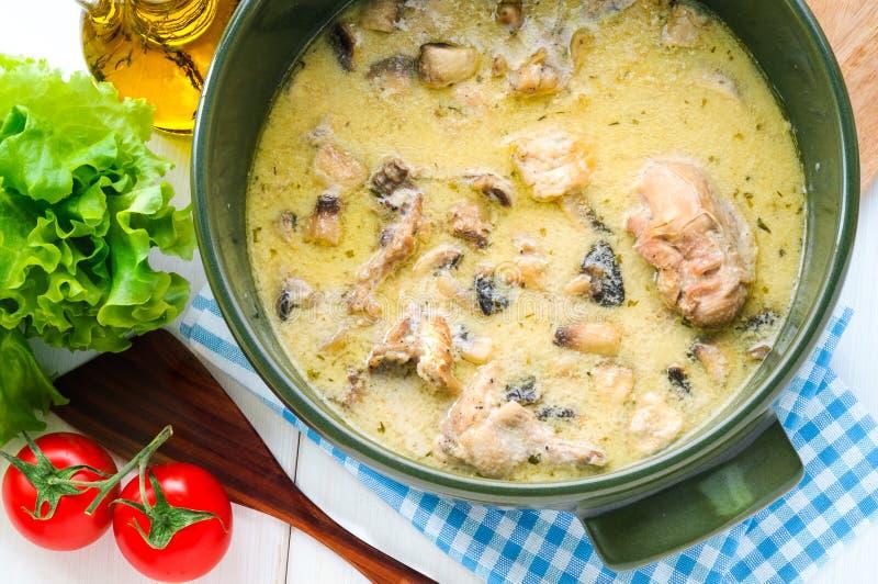 鸡炖重汁肉丁用在陶瓷罐的蘑菇 免版税库存照片