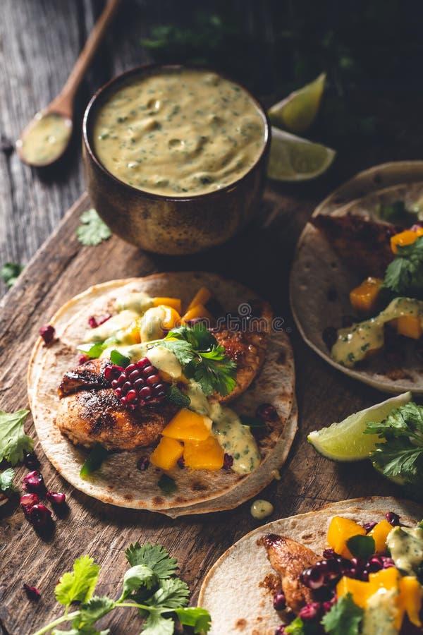 鸡炸玉米饼用芒果、玉米和玉米粉薄烙饼 库存照片