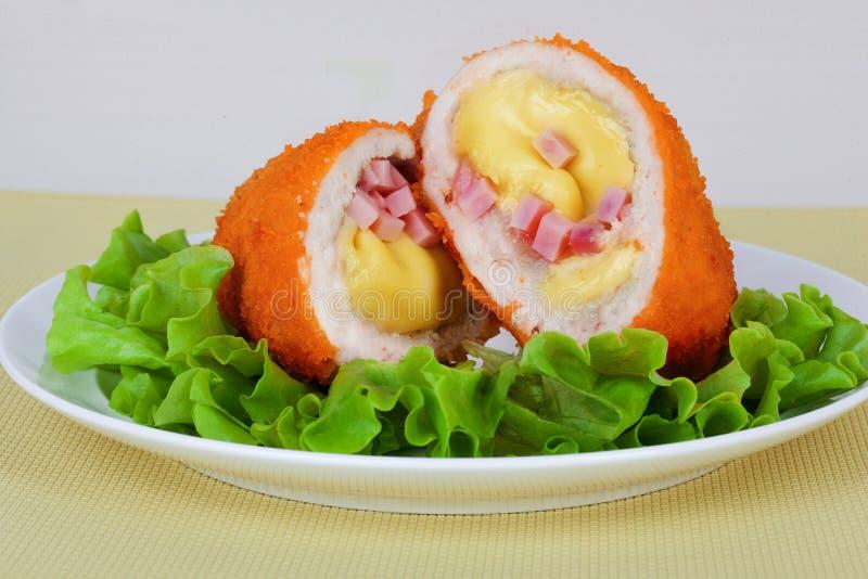 鸡炸肉排用乳酪、火腿和沙拉 库存图片