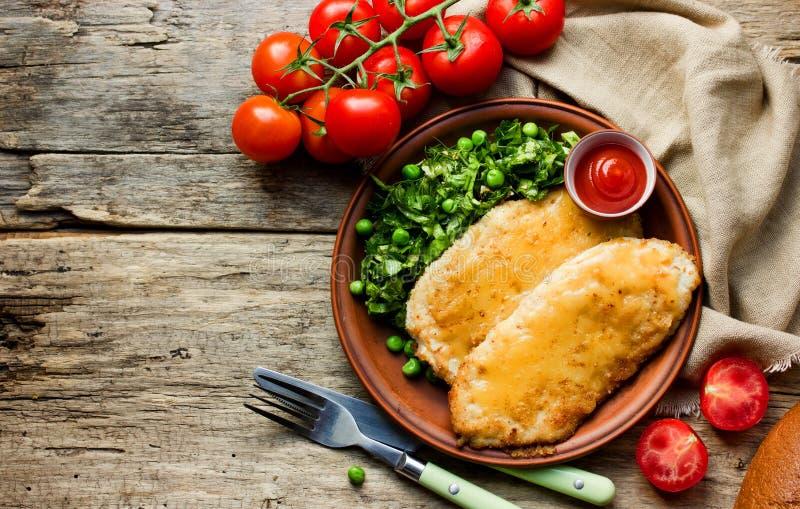 鸡炸肉排用乳酪或法式蓝带酒店管理学院用的蔬菜沙拉 免版税库存图片