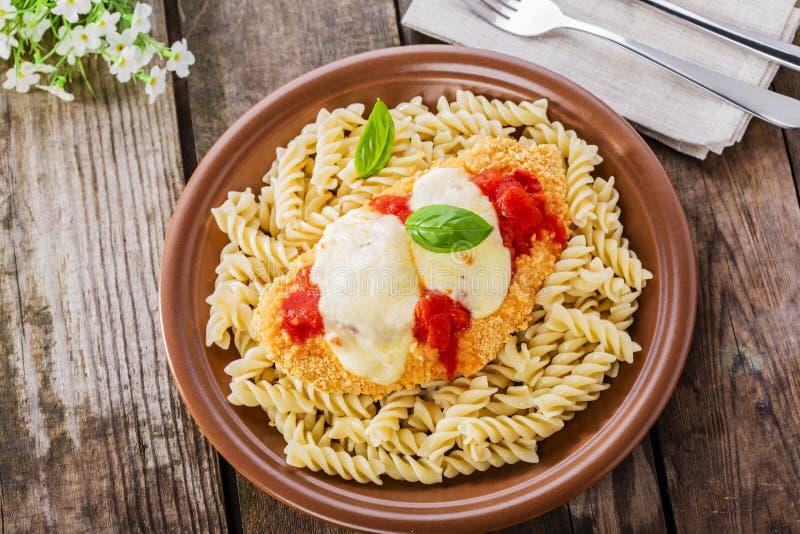 鸡炸肉排用西红柿酱和无盐干酪 库存图片