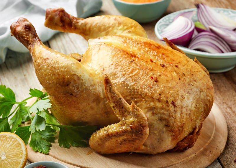 鸡烤全部 库存图片