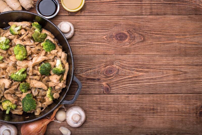 鸡用硬花甘蓝和蘑菇混乱油炸物 免版税库存图片