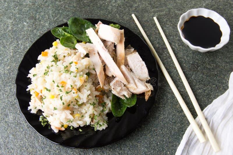 鸡用米和菜在板材 免版税库存图片