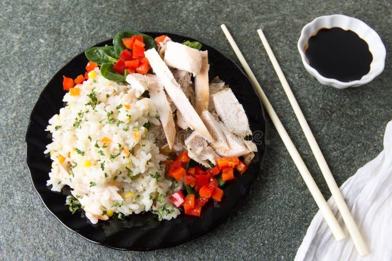 鸡用米和菜在板材 免版税库存照片