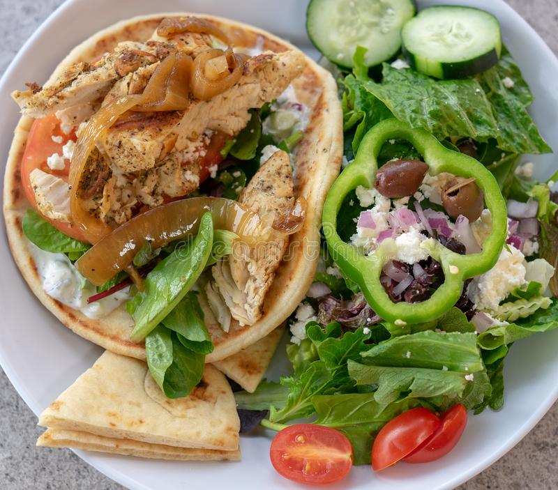 鸡皮塔饼转帐服务和希腊沙拉 健康吃mages 库存照片