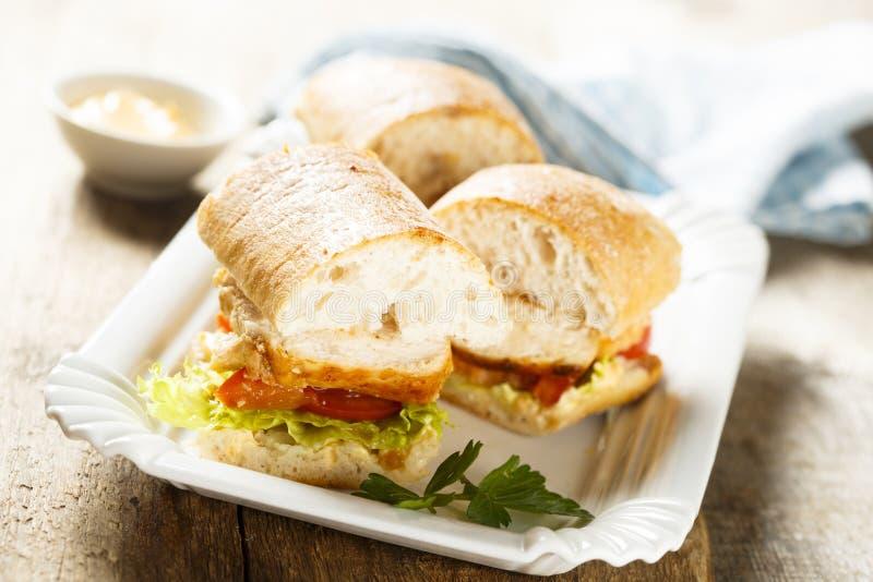 鸡肉三明治用莴苣和蕃茄 免版税库存图片