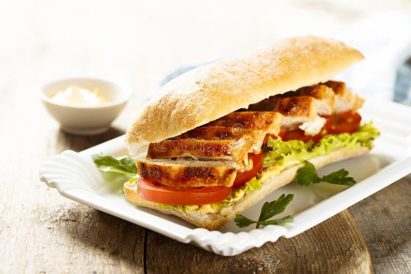 鸡肉三明治用莴苣和蕃茄 免版税库存照片