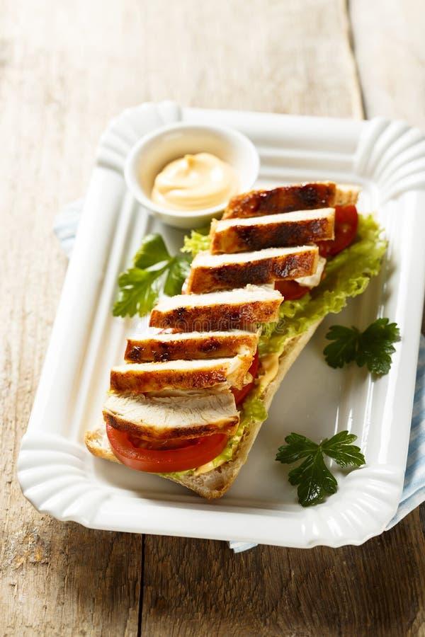 鸡肉三明治用莴苣和蕃茄 免版税图库摄影