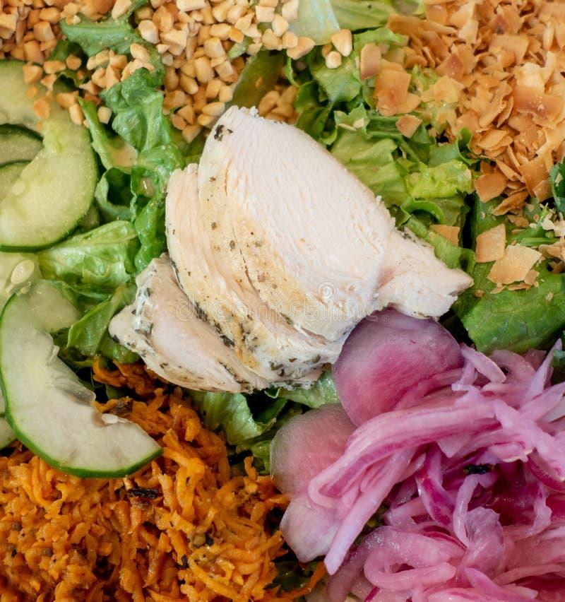 鸡肉沙拉健康午餐选择 库存照片