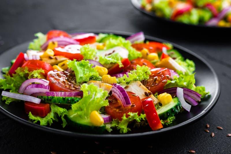 鸡肉沙拉蔬菜 与鸡胸脯和未加工的蔬菜的沙拉 库存照片