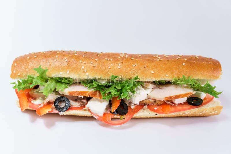 鸡胸脯三明治、新鲜的蕃茄、橄榄和lettuceview从上面 图库摄影