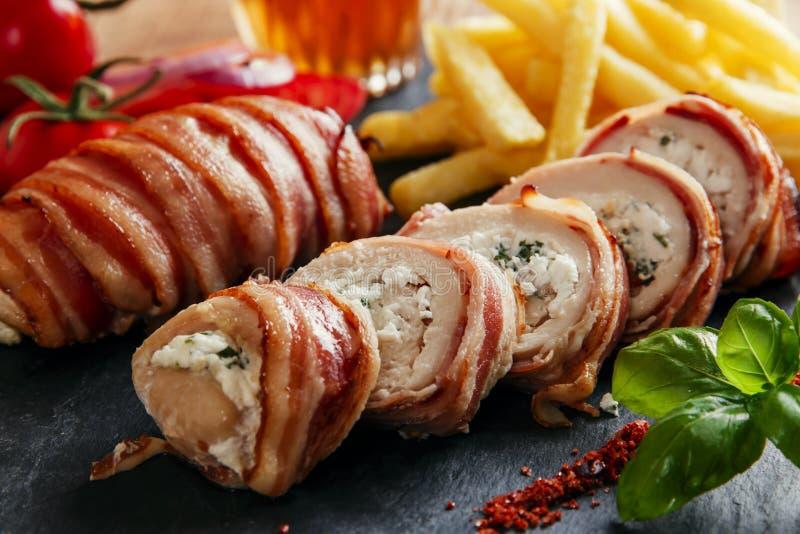 鸡胸脯充塞了希腊白软干酪和草本在烟肉 库存图片