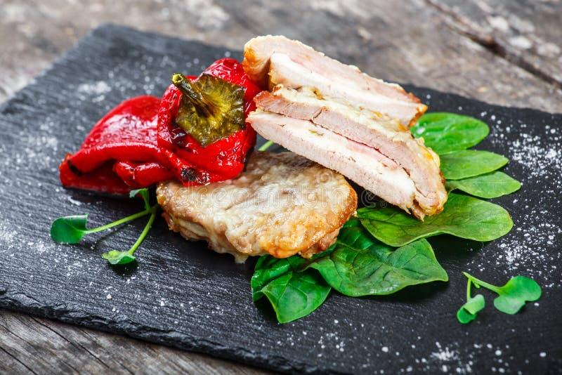 鸡胸脯充塞用乳酪和火腿用菠菜和甜椒在石板岩背景 图库摄影