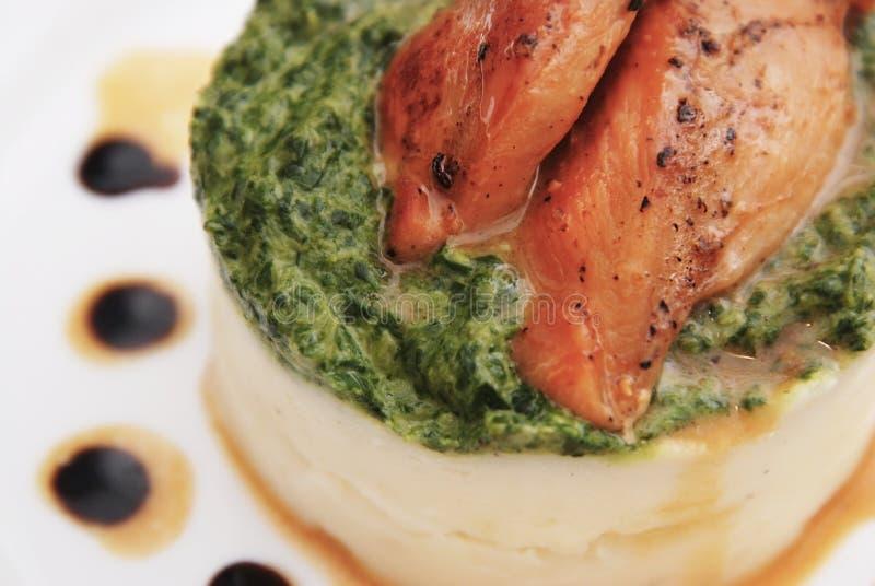 鸡胸脯充塞用菠菜,土豆泥用调味汁 免版税库存照片