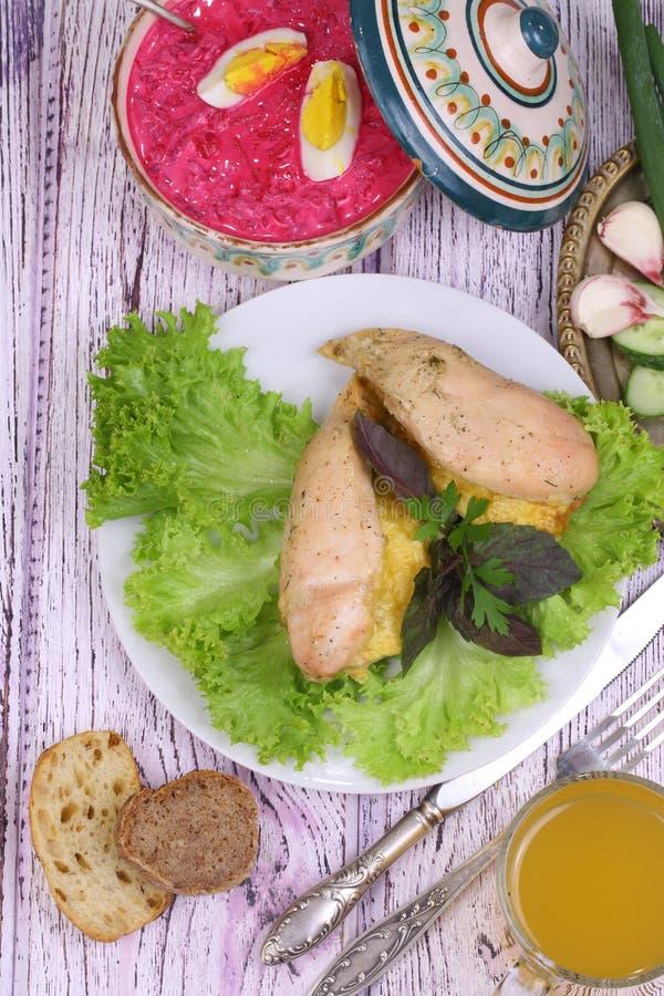 鸡胸脯烘烤了用乳酪,新鲜蔬菜,俄国啤酒(kvas) 免版税库存图片