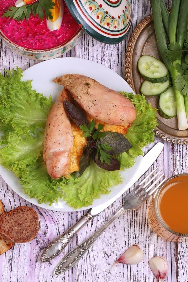 鸡胸脯烘烤用乳酪,递交与菜 免版税库存图片