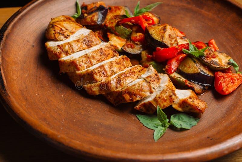 鸡胸脯用烤茄子和胡椒 免版税图库摄影