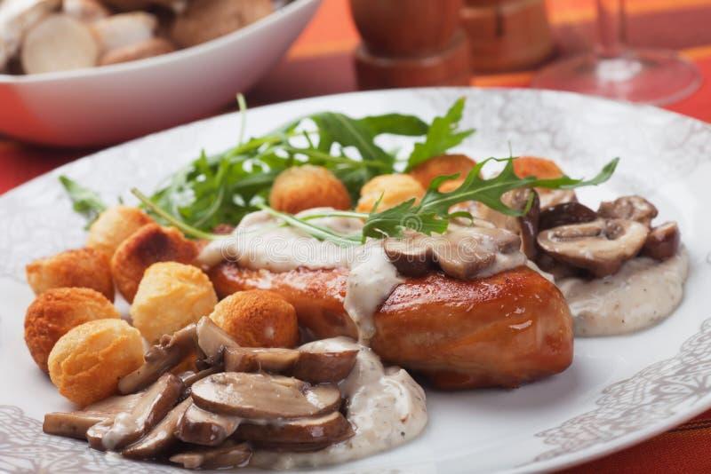 鸡胸脯用蘑菇酱油 库存图片