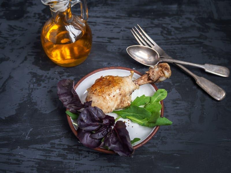 鸡腿,新鲜的沙拉晚餐  在玻璃平底深锅的调味汁 免版税库存图片