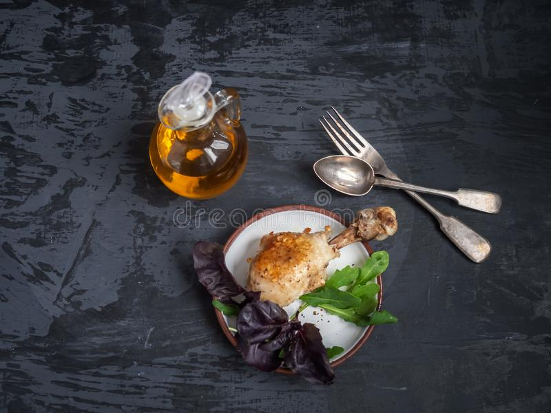 鸡腿,新鲜的沙拉晚餐  在玻璃平底深锅的调味汁 图库摄影