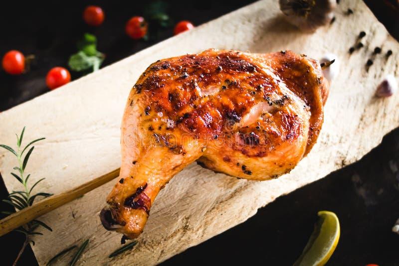 鸡臀部在木砧板烤安置的大蒜胡椒 库存照片